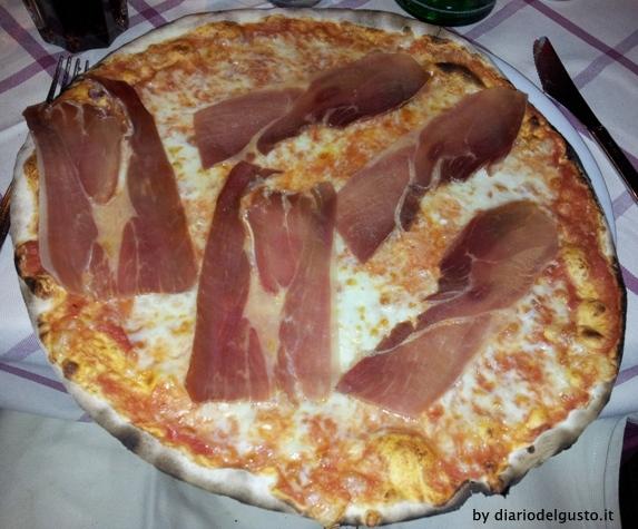 Foto Ai Balestrari in Prati Pizza Margherita con prosciutto crudo