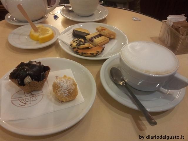 Foto Caffè Fleming Mignon, pasticcini da tè e cappuccino
